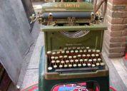 Antigua maquina de escribir. y proyector .hermosos