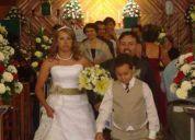 Bonito vestido de novia con olanes de horganza y cinturon verde olivo