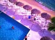 Acapulco, departamento con playa y albercas en renta vacacional.