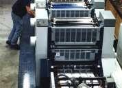 Vendedor de impresos ofrece  sus servicios con cartera de clientes